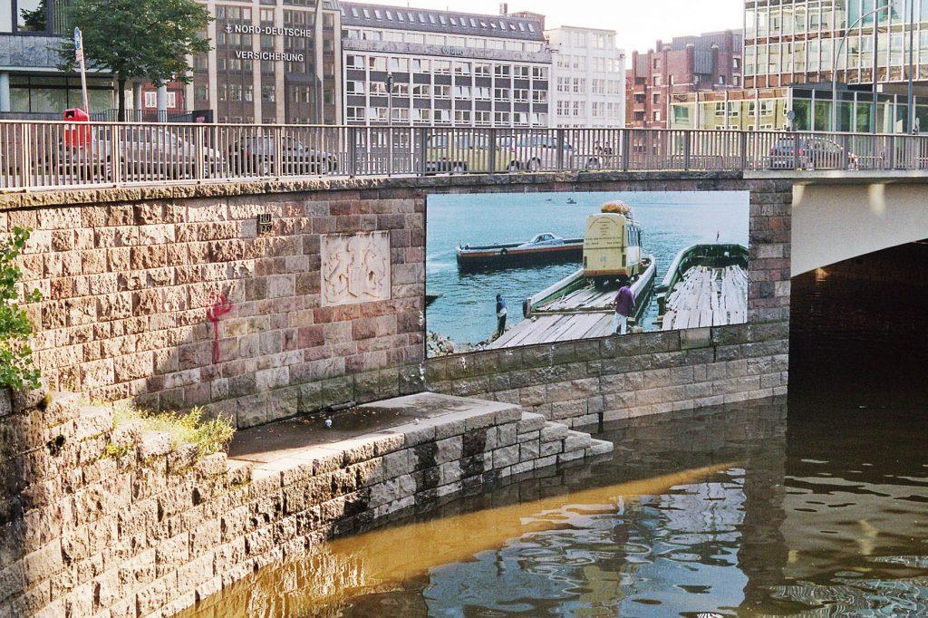 Ute Kühn Hamburg, 10° Kunst-Wege in die Hafencity Großformat Fotografie Titicacasee LKW Fähre Fleet Nikolaifleet Willy-Brandt